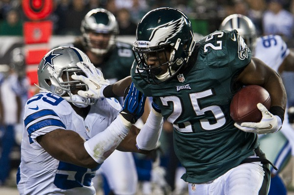 LeSean McCoy, Eagles running back, stiff arms Ernie Sims, Dallas Cowboys linebacker