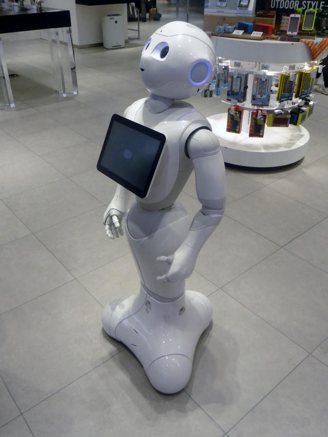 The+robot+Pepper+standing+in+a+retail+environment.